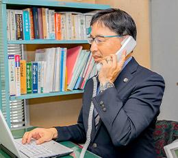 電話する弁護士の写真